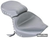"""Selle touring Mustang USA """"Wide studded"""" avec rivets et conchos."""