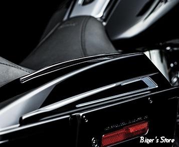 ACC - ENJOLIVEURS DE SACOCHES - KURYAKYN - TOURING 93/13 - BAHN™ SADDLEBAG LID ACCENTS - Finition : Tuxedo Contrast Cut / Noir Anodisé  - 7294
